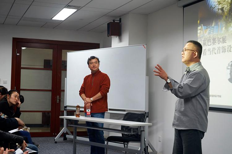 上海市首饰设计协会储卫民秘书长参与与会者互动交流,感谢王春刚教授的精彩演讲。