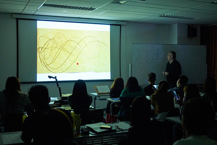 课程现场,Maurizio老师在讲解线条的形式美感与调谐。