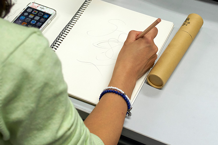 学员在课程现场做痕迹研究。
