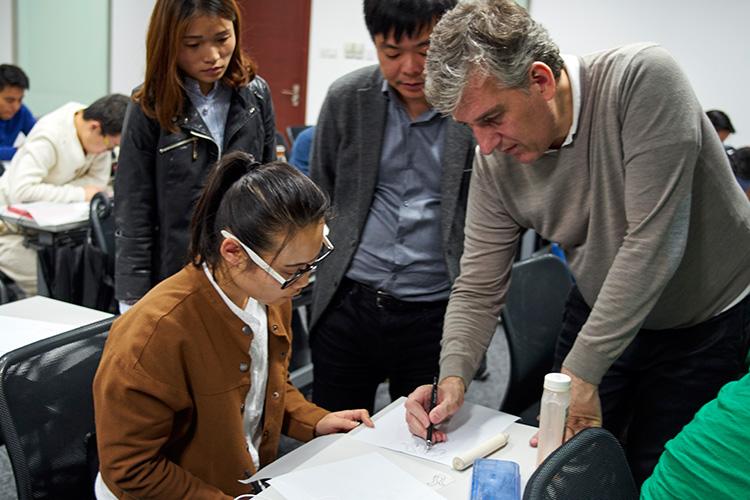 Maurizio老师对学员的研究实践进行现场指导。