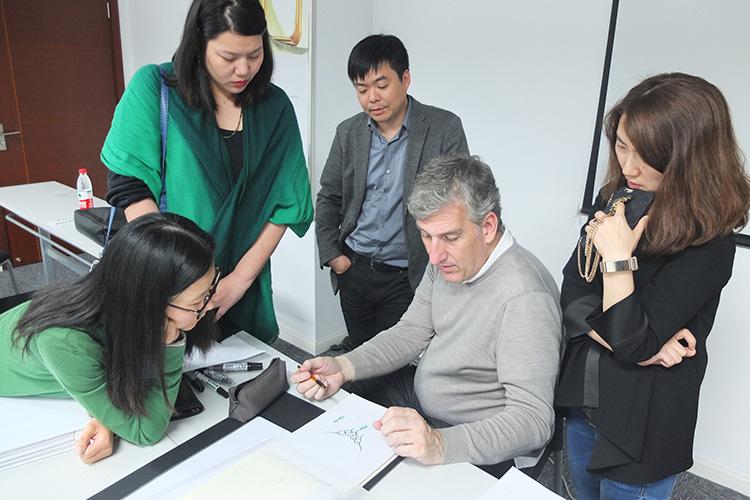 Maurizio老师指出掌握扎实的图形思维与表现技巧、掌握首饰成品的物理结构关系是首饰设计师必要的沟通基本功。