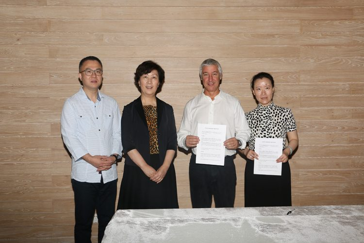 2015年10月,安布罗齐亚那珠宝学院与上海市首饰设计学院在上海签约。