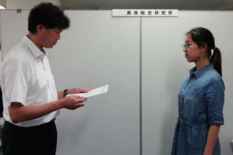 沢井 寿哉所长向优秀学员颁发证书